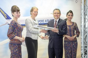 Mak Swee Wah (Singapore Airlines) overhandigt A350 schaalmodel aan Hanne Buis (Aviation Marketing Schiphol) - Persfotos